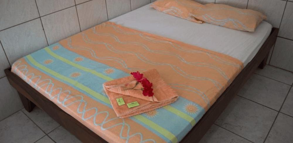 Fotografía de una cama con un paño encima