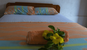 cama con dos almohadas