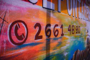Mural con el número telefónico